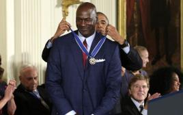 אובמה מעניק את מדליית החירות הנשיאותית למייקל ג'ורדן. צילום: רויטרס, יורי גריפס