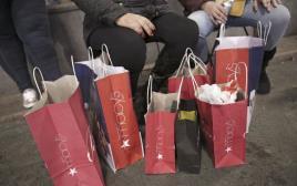 אנשים מחזיקים שקיות קניות