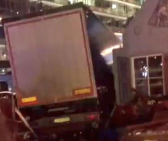 משאית דהרה לתוך שוק חג המולד בברלין