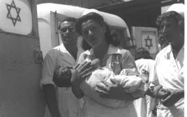 אחות מחזיקה תינוק חולה
