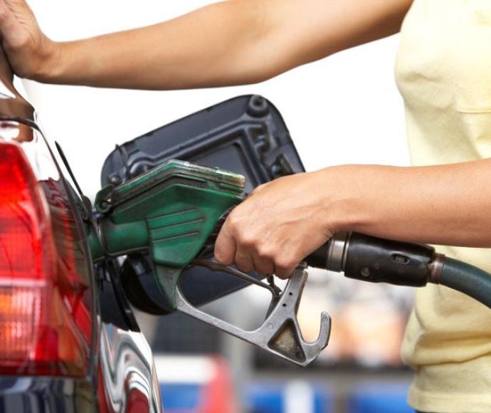 אישה ממלאת דלק. אילוטסטרציה