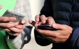 אנשים מחזיקים טלפונים סלולריים