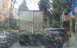משאית פגעה בעשרות כלי רכב חונים