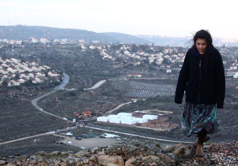 נערה בעמונה. צילום: מרק ישראל סלם