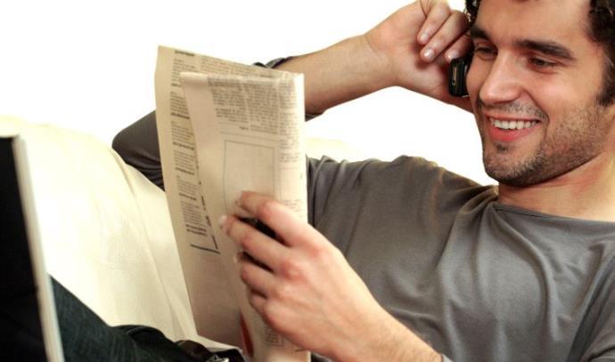 גבר נח וקורא עיתון, אילוסטרציה