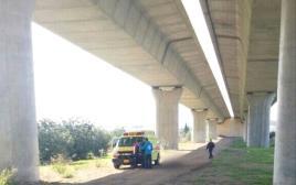 מקום נפילתו של הגבר מגשר בכביש 4