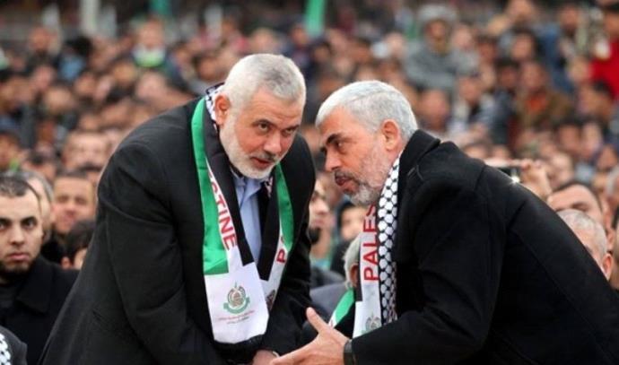 מנהיג חמאס יחיא סנואר (מימין) עם הנייה