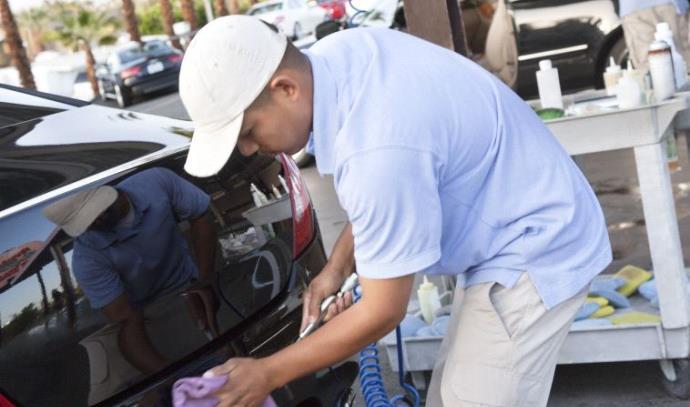 גבר שוטף מכונית (אילוסטרציה)