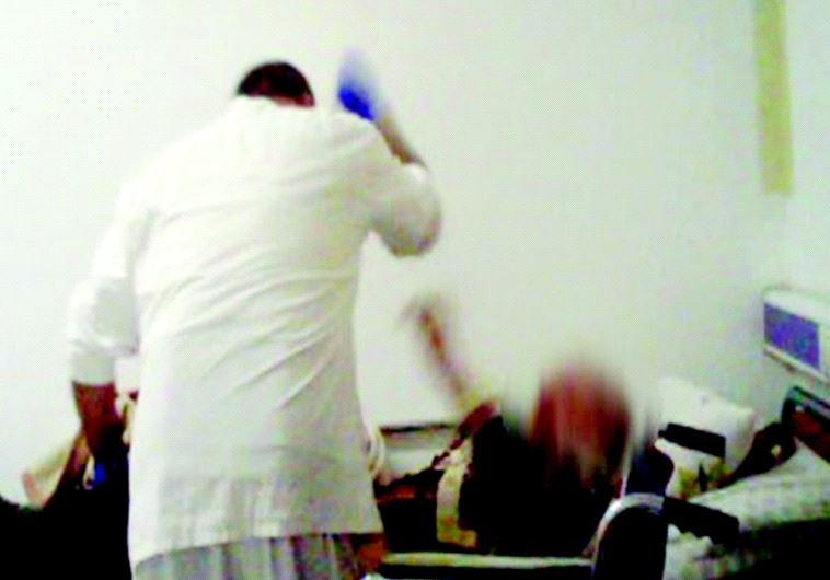 תיעוד עובד בית האבות בחיפה מכה קשיש