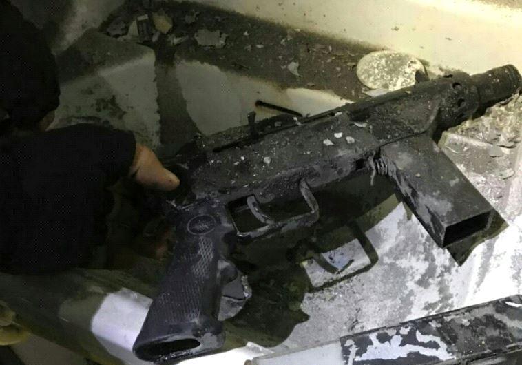 הנשק שנמצא הלילה בבית המחבל. צילום: דוברות המשטרה
