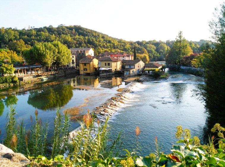העיירה בורגטו על נהר המינצ'יו. (צילום: שאטרסטוק)