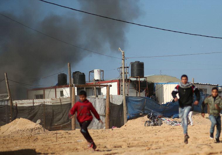 אזרחים בעזה בורחים בעקבות הפצצה של חיל האוויר. צילום: רויטרס