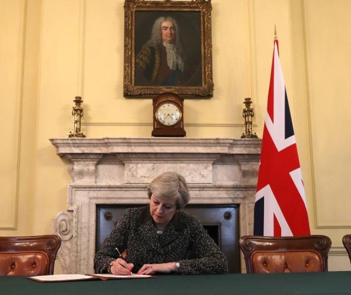 תרזה מיי חותמת על מכתב היציאה מהאיחוד האירופי