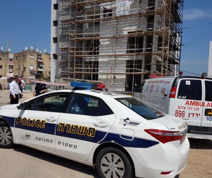 משטרה ואמבולנס בזירת הרצח בטבריה