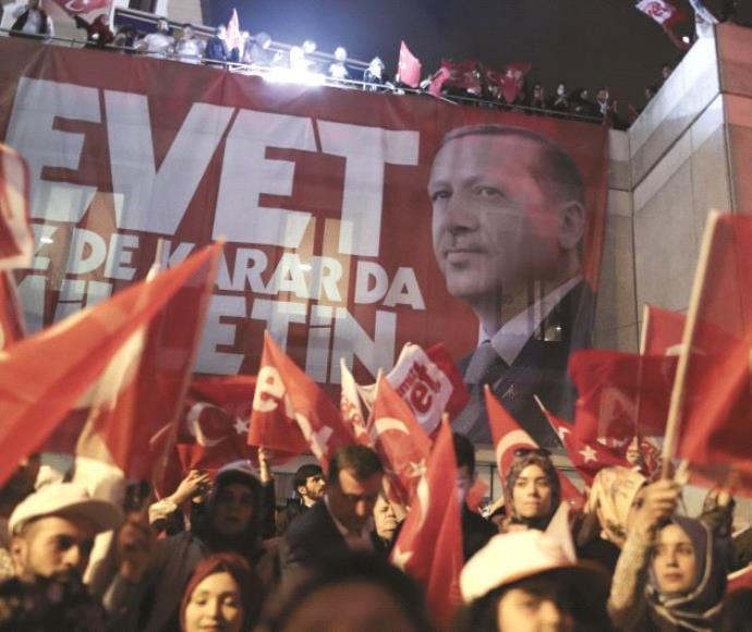 תומכי ארדואן חוגגים את תוצאות משאל העם