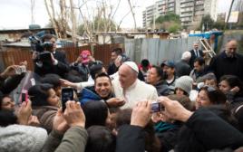 האפיפיור פרנציסקוס במחנה של מהגרים ופליטים