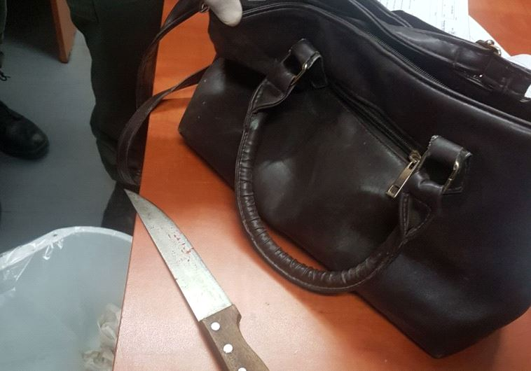 הסכין בו דקרה המחבלת, הבוקר בקלנדיה. צילום: דוברות המשטרה
