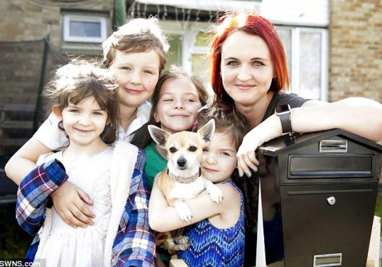 שרה, הילדים שלה וטייני הכלב האימתני. צילום מסך