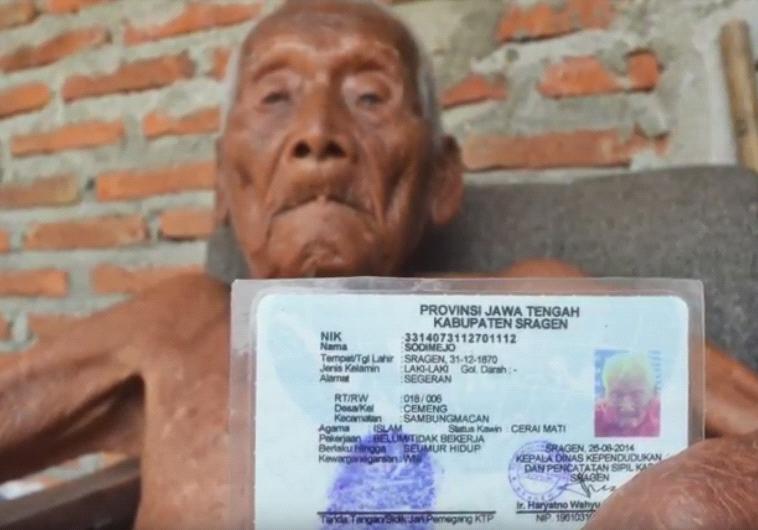 סבא גוטו אוחז בתעודת הזהות שלו, בה מופיע תאריך לידתו. יוטיוב