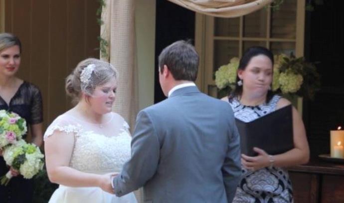 המחתנת מראה לזוג שעומד להינשא בדיוק מה היא חשובת עליהם