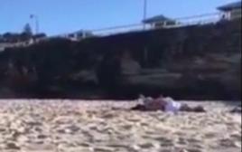 נתפסו מקיימים יחסי מין על החוף