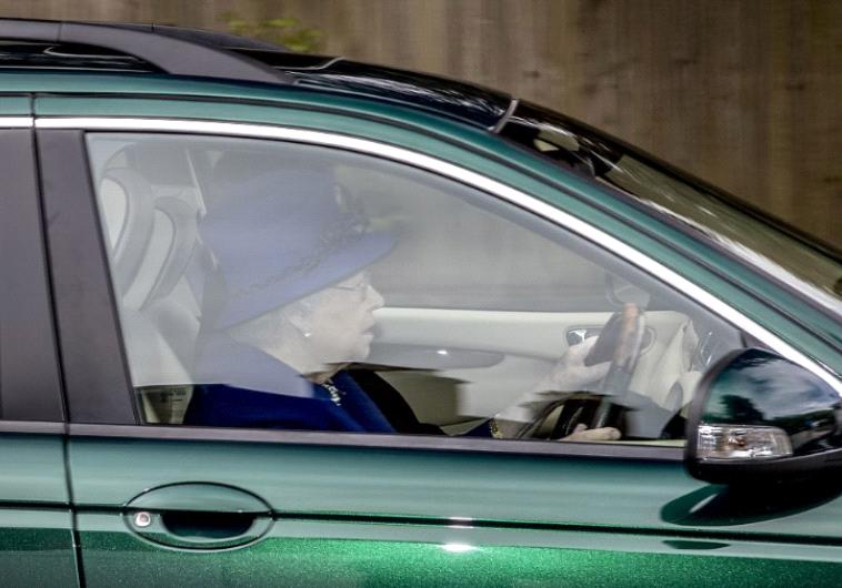 אומנם יש לה נהג פרטי, אך לפעמים המלכה אוהבת לשבת מאחורי ההגה ולנהוג בעצמה. טוויטר