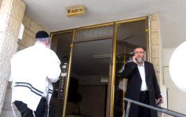 משה גפני בפתח ביתו בבני ברק
