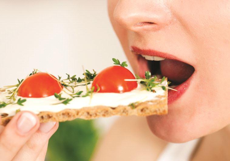 אישה אוכלת, אילוסטרציה