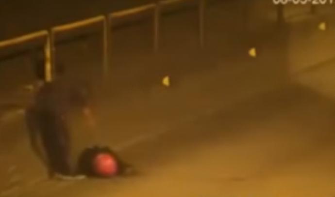 איש שודד נהג אופנוע מחוסר הכרה במקום לעזור לו