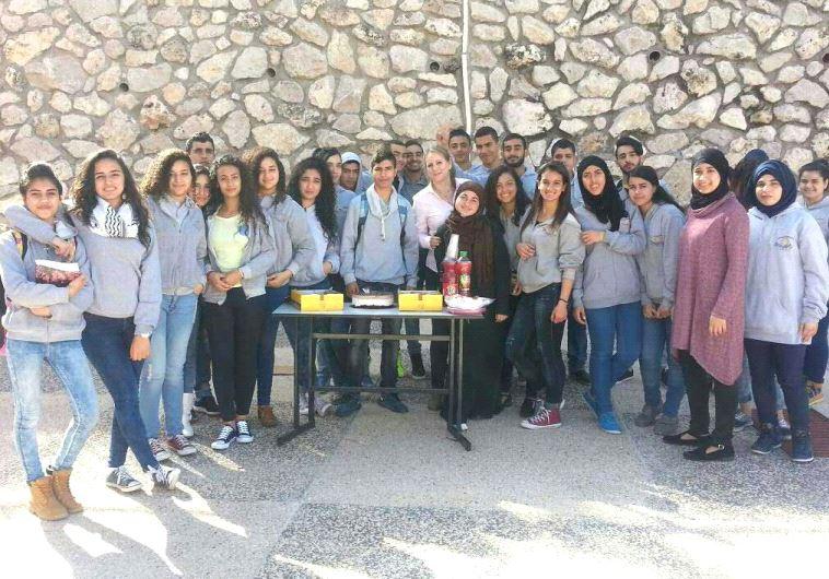 רנא נמוז (במרכז) עם תלמידיה