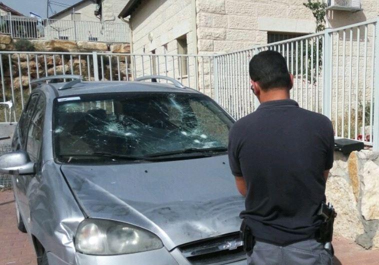 Le véhicule a été lapidé. Photo: Ben prime