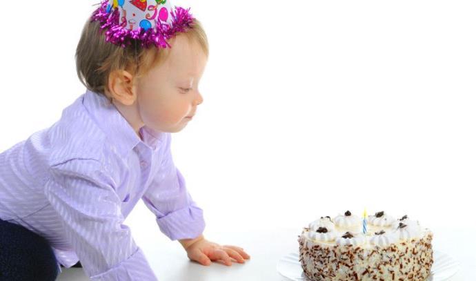 תינוק חוגג יום הולדת