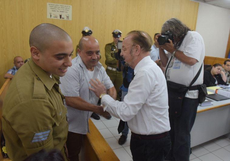 """עו""""ד שפטל עם אלאור אזריה ואביו צ'רלי בבית המשפט. יחכו להודעה הרמטכ""""ל. צילום: אבשלום ששוני"""