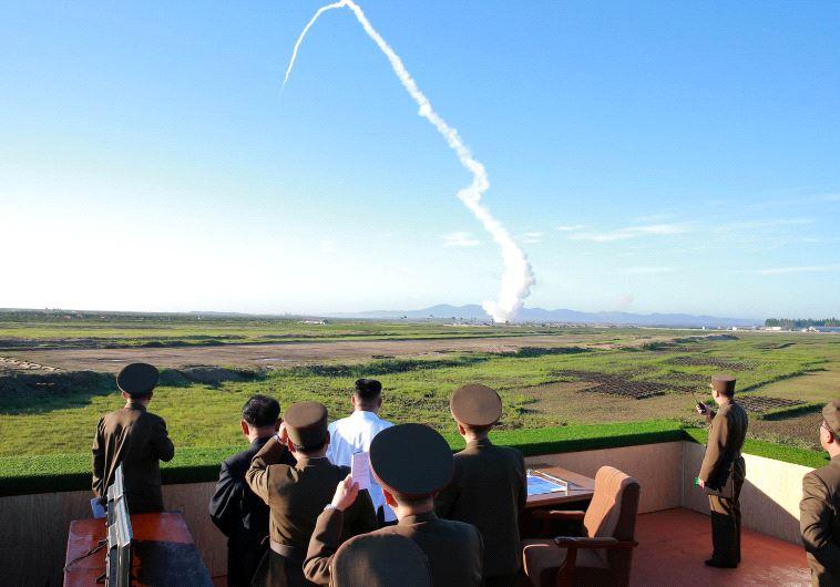 קים ג'ונג און צופה בשיגור טיל בליסטי. לפי הדוח, מדינתו ניסתה לסייע לתכנית הטילים הסורית. צילום: רויטרס