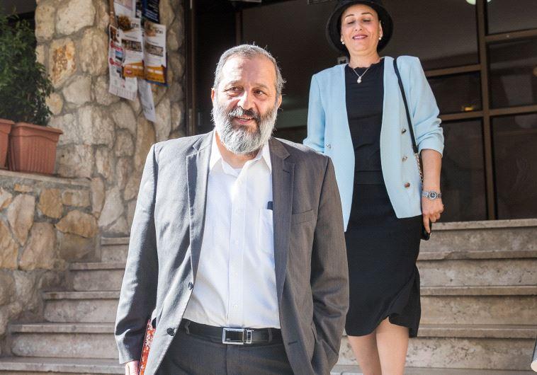 בני הזוג דרעי יוצאים מביתם לחקירה, היום. צילום: יונתן זינדל, פלאש 90