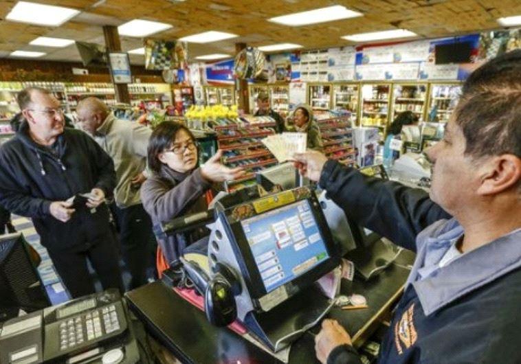 """""""קדחת פאוורבול"""". אנשים קונים כרטיסי פאוורבול בסופר בקליפורניה, מוקדם יותר השנה. טוויטר"""