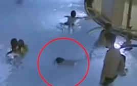 תיעוד מזעזע. ילד טובע בבריכה ואף אחד לא שם לב