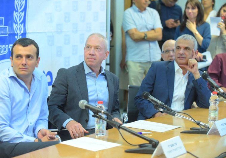 השרים משה כחלון ויואב גלנט במסיבת העיתונאים. צילום: אבשלום ששוני