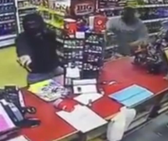 קונה אמיץ מתנפל על גנב מסוכן
