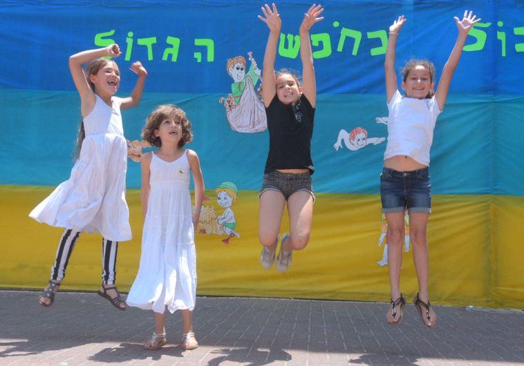 """תלמידות ביה""""ס גבריאלי בת""""א יוצאות לחופש. צילום: אבשלום ששוני"""
