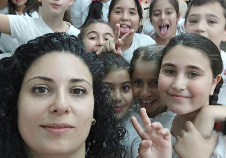 תלמידי כיתה ג' בית ספר יוספטל באזור עם המורה לימור פסי