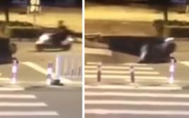 רוכב אופנוע נסע הישר לתוך בולען בכביש