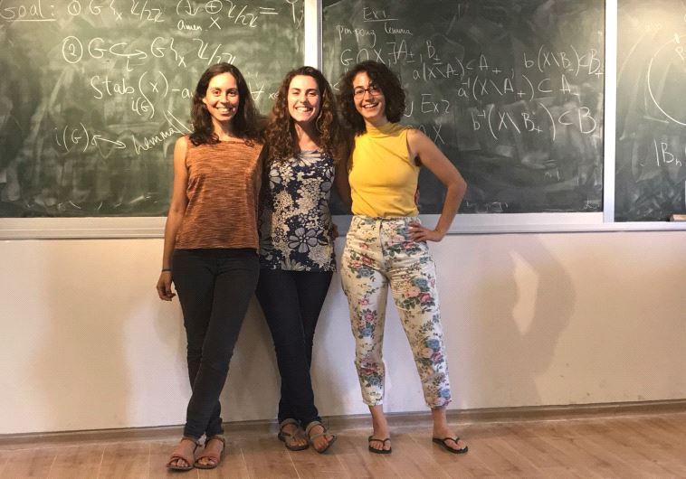 הסטודנטיות למתמטיקה, מימין לשמאל: שי, שקד וגיל