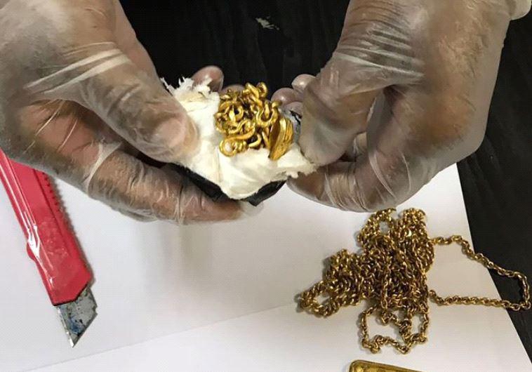 אווצ'. החביא כמיט קילו זהב בתוך הישבן שלו. צילום מסך