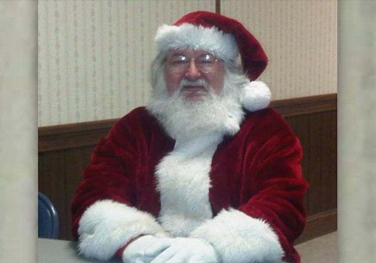 סנטה רע! סמית' בתחפושת סנטה קלאוס. צילום מסך