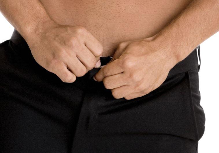שלף ממכנסיו נחש פיתון קטנטן. צילום: אינגאימג