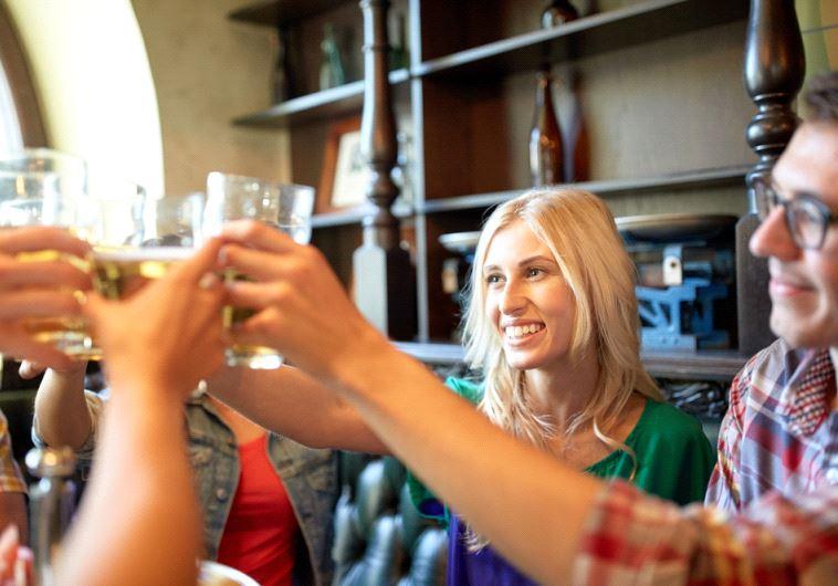 אסור לך לשתות אלכוהול, אלא אם כן אתה איתי. אילוסטרציה: אינגאימג