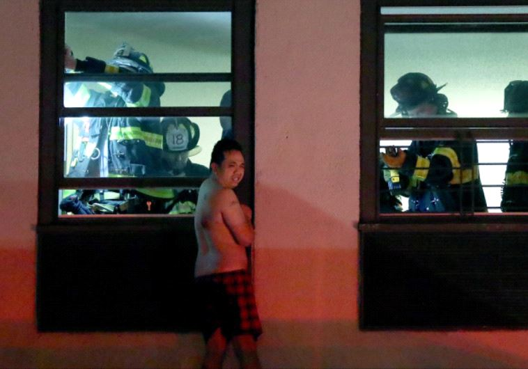 הכבאים מחלצים את רנדי דרך חלון של אחד משכניו. צילום מסך