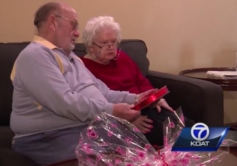koat: רון מעניק לדונה את השוקולדים שהכי כל כך אוהבת. צילום