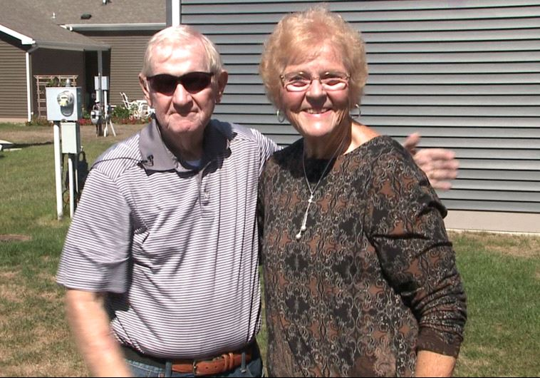 אח ואחות נפגשו לראשונה לאחר שהפכו לשכנים. מרלין מיירס ופיליפ מוריס